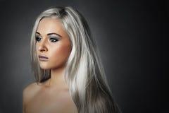 有银色头发的美丽的少妇 哀伤的女孩 健康的头发 擦亮沙龙的秀丽nailfile钉子 免版税库存照片