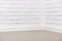 有铺磁砖的地板的,抽象背景照片白色砖墙 免版税库存照片