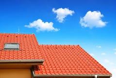 有铺磁砖的屋顶的屋顶房子 免版税库存图片