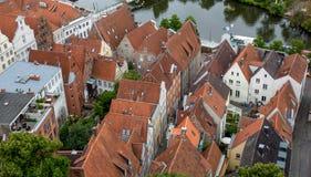 有铺磁砖的屋顶的议院 在视图之上 免版税库存图片