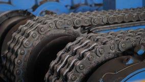 有链传输的机器在工厂 金属链子和扣练齿轮 股票录像