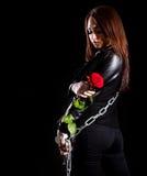 有链子和一朵红色玫瑰的美丽的少妇 免版税库存图片