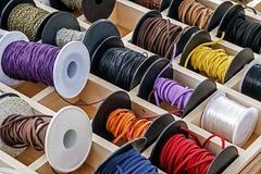 有链子和色的丝带的1短管轴 免版税库存照片