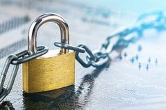 有链子的挂锁在电子电路板 IT,互联网保护,计算机安全 网络安全,数据保密 免版税库存图片