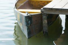 有链子的被停泊的小船 库存图片