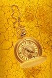 有链子的金黄怀表 免版税库存图片