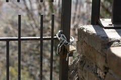 有链子的闭合的挂锁 免版税库存照片