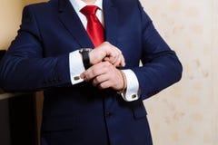 有链扣和时钟的商人手 典雅的绅士clother 库存图片
