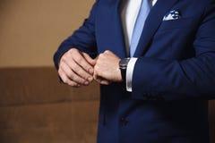 有链扣的商人手 典雅的绅士clother 库存图片