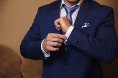有链扣的商人手 典雅的绅士clother 免版税图库摄影