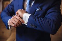 有链扣的商人手 典雅的绅士clother 免版税库存图片