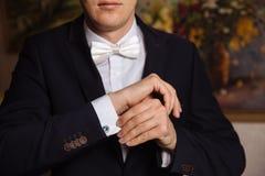 有链扣的商人手 典雅的绅士clother 免版税库存照片
