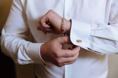 有链扣的商人手 绅士clother 免版税库存图片