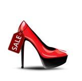 有销售标签的红色女性高跟鞋鞋子 免版税库存图片