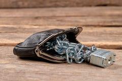 有锁和链子的皮革钱包 库存图片
