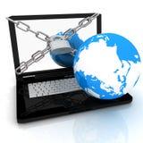 有锁定、链子和地球的膝上型计算机 免版税库存图片
