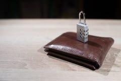 有锁挂锁的钱包在桌上 库存图片