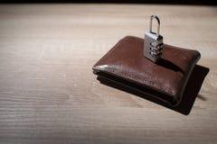 有锁挂锁的钱包在桌上 库存照片