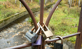 有锁的桥梁 彼得罗扎沃茨克俄罗斯2015年10月18日 免版税图库摄影