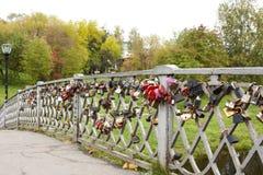 有锁的桥梁 彼得罗扎沃茨克,俄罗斯23 09 2015年 免版税库存照片