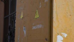 有锁的生锈的市政电子灰色室外内阁和在白色隔绝的道路危险标志 免版税库存照片