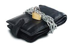有锁的皮革在白色的钱包和链子隔绝了背景 保护电子货币和安全个人financ的概念 库存图片