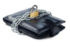 有锁的皮革在白色的钱包和链子隔绝了背景 保护电子货币和安全个人financ的概念 免版税图库摄影