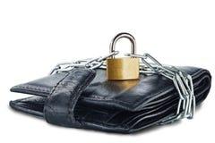 有锁的皮革在白色的钱包和链子隔绝了背景 免版税库存图片