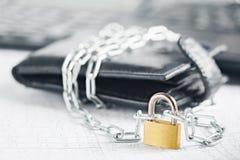 有锁的皮革在背景计算机上的钱包和链子 Ð保护电子货币和安全个人理财¡ oncept  S 免版税库存照片
