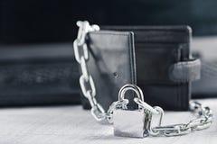 有锁的皮革在背景计算机上的钱包和链子 Ð保护电子货币和安全个人理财¡ oncept  S 免版税库存图片
