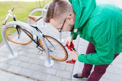 有锁的行家人紧固的固定的齿轮自行车 库存图片