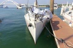 有锋利的弓的白色风船 库存照片