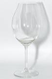 有锋利的玻璃片段的残破的清楚的葡萄酒杯 免版税库存照片