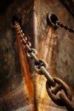 有锚链的船首老船 库存照片