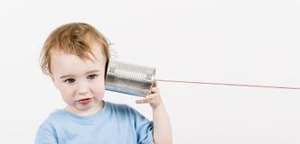 有锡罐电话的孩子 免版税库存照片