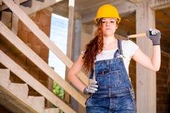 有锤子的妇女瓦工 免版税库存图片