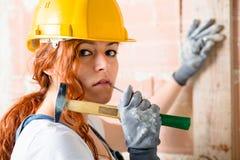 有锤子的妇女瓦工 库存图片