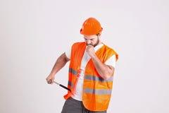 有锤子的英俊的建筑工人 免版税库存图片