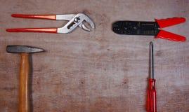 有锤子的集合手工具,夹子,螺丝刀,在木背景 库存图片