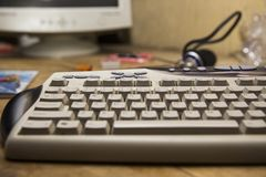 有键盘和其他辅助部件的台式计算机在des 免版税图库摄影
