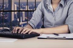 有键盘和剪贴板的女工 免版税库存照片