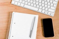 有键盘和笔记薄的办公桌 免版税库存照片