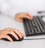 有键盘和老鼠的妇女手 库存照片