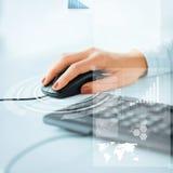 有键盘和老鼠的妇女手 库存图片