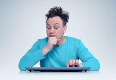 有键盘的程序员人在计算机前面,认为 免版税库存照片