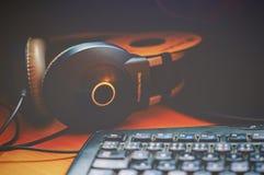 有键盘的计算机耳机 免版税库存照片
