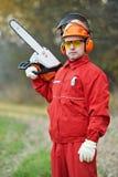 有锯的伐木工人工作者 免版税库存照片