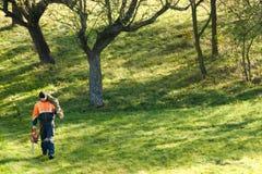 有锯的伐木工人 免版税图库摄影