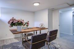 有镀铬物和木头书桌的白色家庭办公室 库存图片