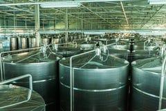有镀铬物坦克的现代酿酒厂 库存照片
